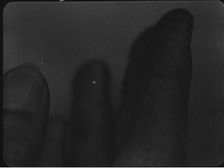 epstein dumont sylvain george lo specchio a tre facce l'età inquieta qu'ils reposent en révolte la vie de Jésus la glace à trois faces hands mani recensione lo specchio scuro